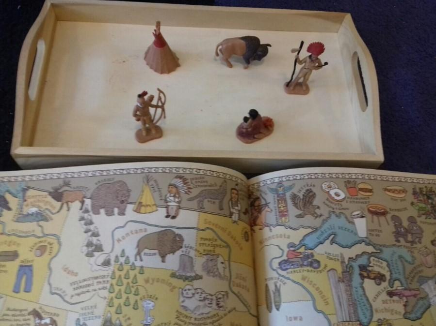 Obrázok, na ktorom je vnútri, stôl, položky, kniha  Automaticky generovaný popis