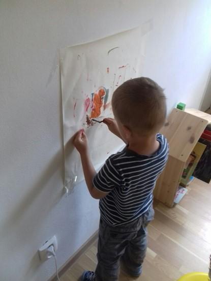 Obrázok, na ktorom je vnútri, osoba, chlapec, mladé  Automaticky generovaný popis